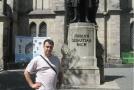 У памятника великому композитору - Баху