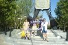 У памятника на набережной